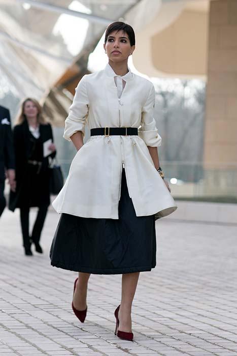 黑白配,加上本季秋冬相當夯五○輪廓,一條高腰的腰帶恰巧勾勒出女人的優雅洗鍊,較為輕鬆的拉鍊式外套則使整體造型簡約、不過度費力。好的尖頭鞋,則可為傘裙增添氣質女人味。