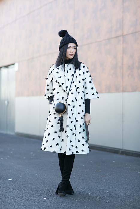 要掌握傘狀五分袖大衣的造型要點,必須在細微處維持合身、纖細,如貼腿長靴、針織衫,整體顏色的一致性也很重要。女孩的毛帽跟小包,則有畫龍點睛的作用。