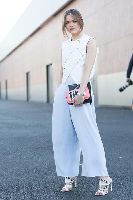 街拍中經常出現的 Kristina Bazan,難得見她以中性穿著入鏡,這套服裝則完全展現了小個子駕馭寬大下身輪廓的穿搭功力。