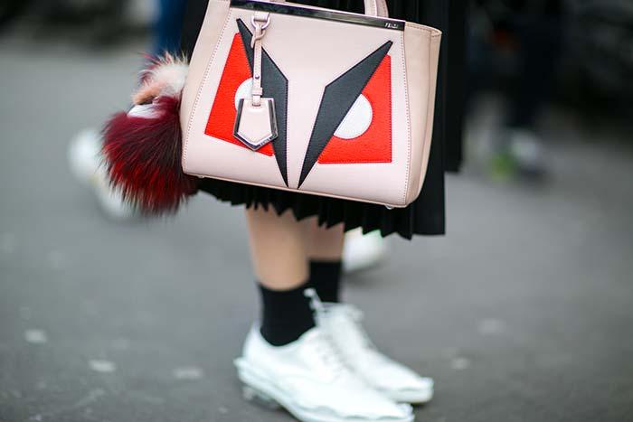 對於誇張的服裝輪廓,其實配件更是搭配上不可或缺的一環,好比這款 Fendi Bag Bugs Peekaboo 便成了身上亮點。