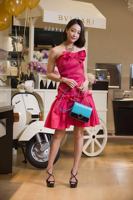 謝欣穎一席甜美洋裝撞色巧搭寶格麗BVLGARI-BVLGARI海水藍寶色小牛皮肩背包