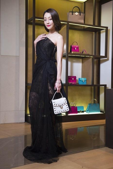謝欣穎出席寶格麗2016SS女仕配件預覽會搭配SERPENTI FOREVER 縞瑪瑙飾釘鑲飾瑪瑙白色手提肩背包款