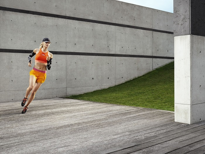 熱愛跑步的女孩可以選用高彩度的亮橘ClimaChill 短版上衣搭配黃金色Adizero 跑步短褲
