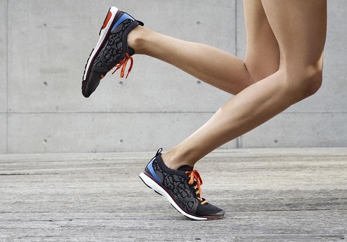 Adizero Adios跑鞋採用輕量針織壓紋,加入印有黑色蛇皮印花與褐紅色的反光元素,在黑夜也能閃耀前行