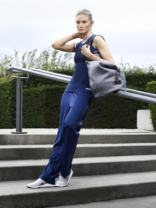 adidas by Stella McCartney以全新健身房系列,搭載 Climalite 科技的藍色斑馬紋緊身褲為 2016春夏系列第二種動物花紋,使設計師Stella最愛的健身房系列更完整