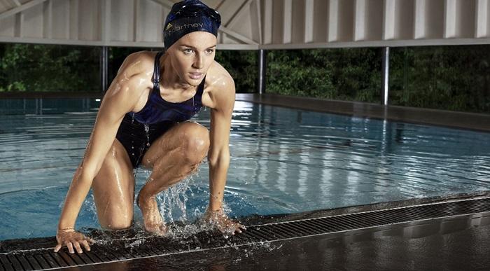 活力四射的機能性泳裝以深藍色搭配黑色的斑馬紋貫穿整件泳裝,為水上運動選手提供流線合身的剪裁