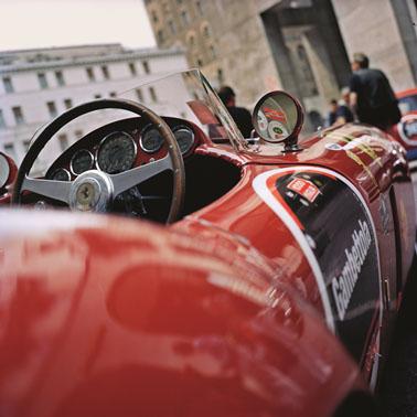 蕭邦以經典古董賽車照後鏡為設計靈感,搭配鮮豔色彩之「Vintage Racing」小型座鐘
