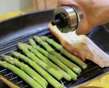 step3. 平底鍋熱鍋後,放入蘆筍、法棍以小火煎烤約3 分鐘後起鍋。蘆筍淋一點橄欖油,以少許的鹽、黑胡椒調味。