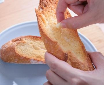 step6. 生蒜頭直接抹在烤好的麵包上,再放上蘆筍。用漏勺撈起半熟的水波蛋擺上,刨點帕瑪森起司即完成。