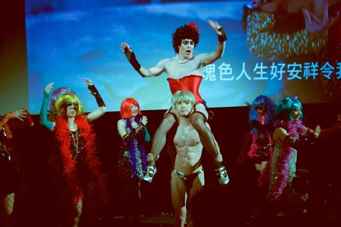 《洛基恐怖秀》觀眾除了跟劇情互動,放映現場還有濃妝艷抹的豪華歌舞隊邀請觀眾加入同樂