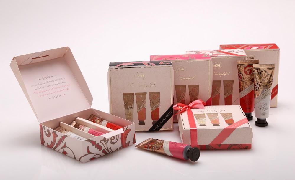 SABON 心心相印 極潤護手霜3件組 NT$1,080絲綢般質地、能深度滋潤、修護乾裂的手部肌膚。令人愉悅的三重香氣,組合成美好的奇幻饗宴。香味包含:茉莉花語、香蘋薰衣草、SABON經典PLV