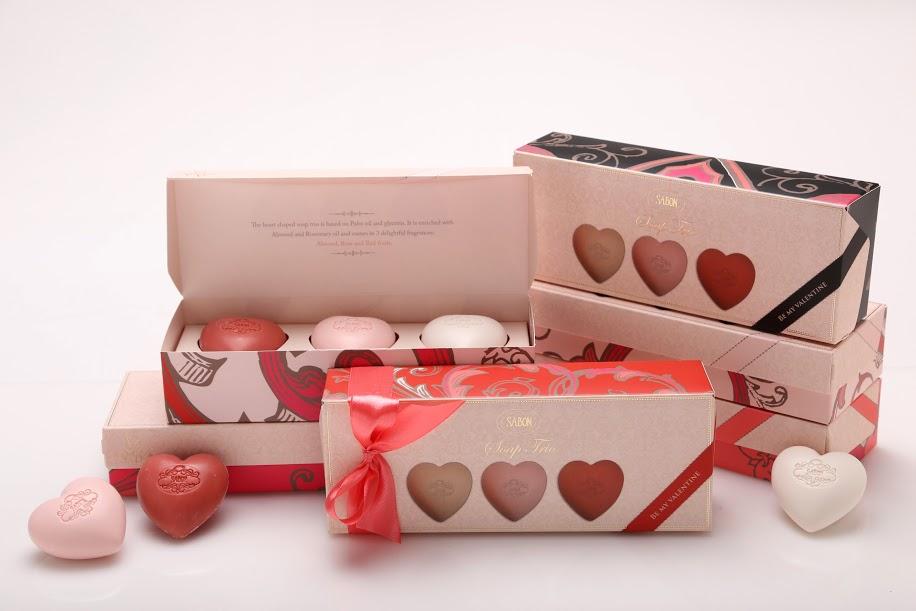 SABON 心心相印 造型香氛皂3件組 NT$680心戀香氛皂精緻漂亮,保留珍貴甘油成份,深層淨潔,保溼不乾澀,讓肌膚散發迷人芳香。帶走髒汙的同時能保濕滋潤,讓肌膚更柔嫩細緻、光滑有彈性。香味包含:玫瑰、杏仁、紅果