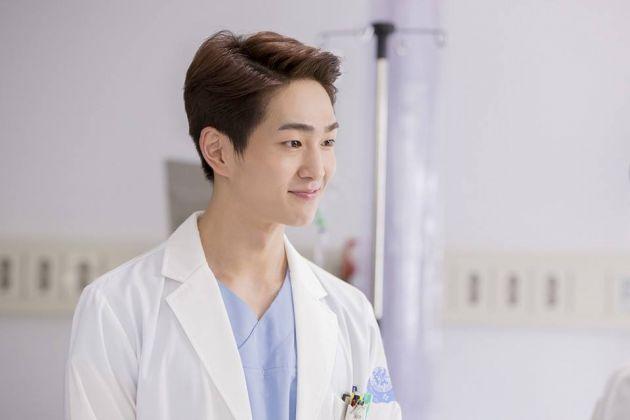 男團Shinee的溫流飾演學弟醫生