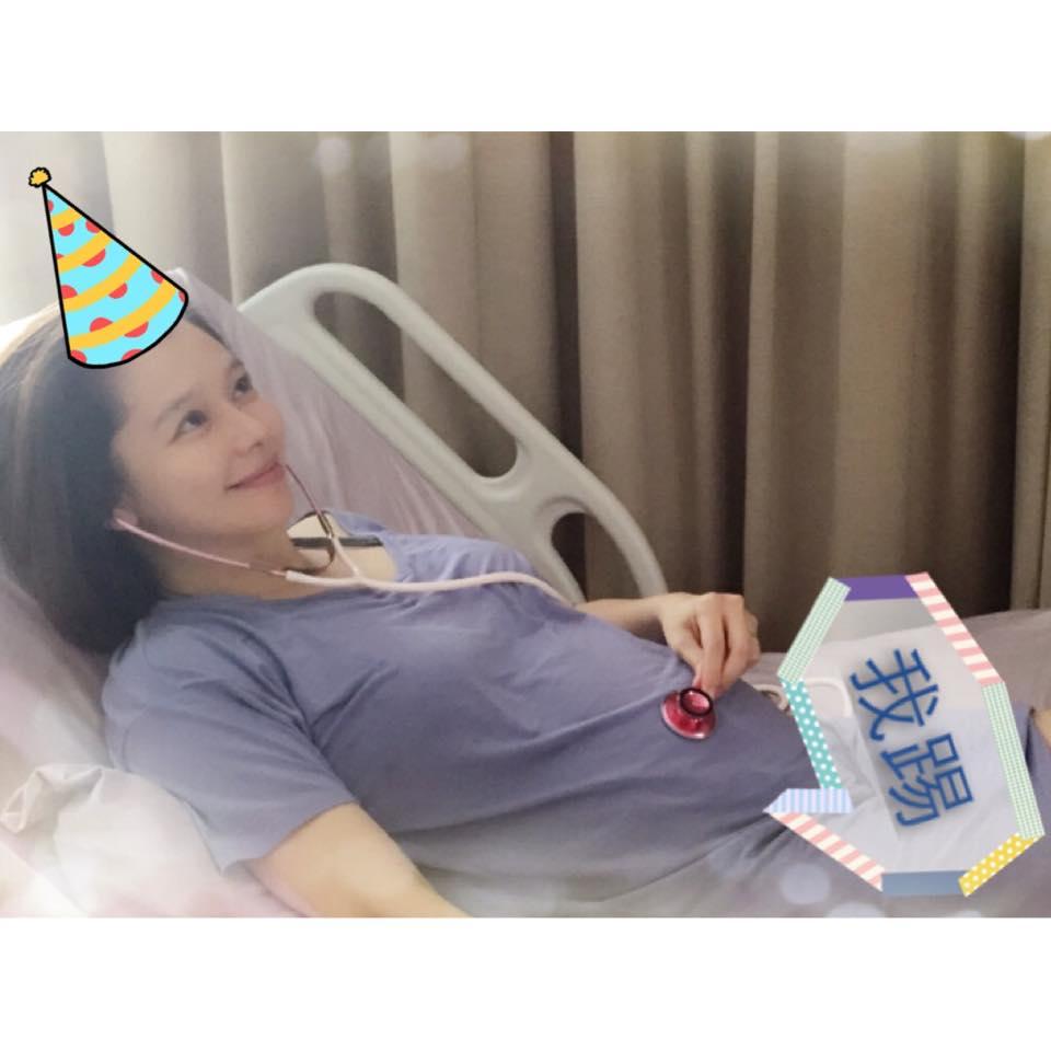 懷孕臥床整個孕期臥床142天的她,總共打了300支安胎針,一般人真的很難想像,這樣臥床的結果,就是造成雙腳無力、萎縮,以至於產後需要努力復健,才得以像正常人般行走自如。