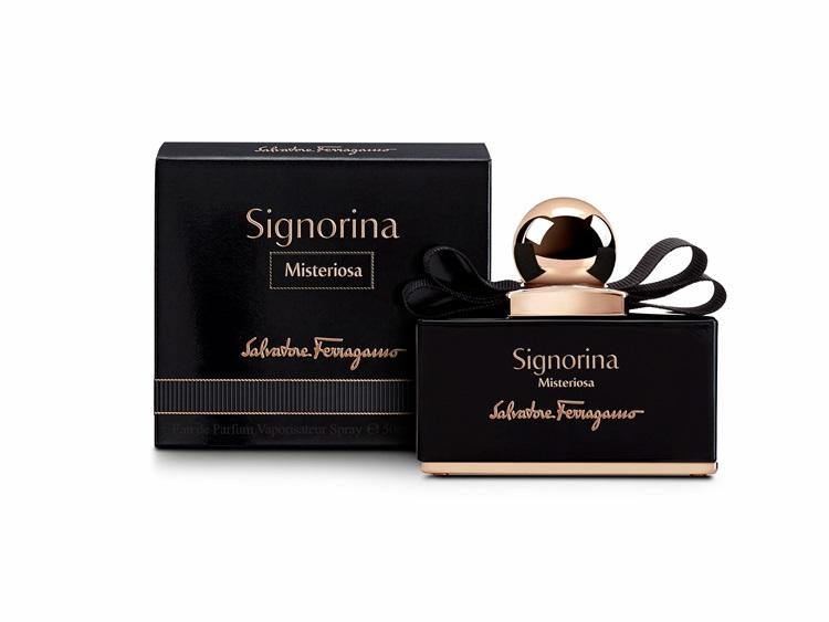 Salvatore Ferragamo玄魅伊人淡香精-闡述一個女孩的黑暗面被揭示出來,試著挖掘出她深藏的秘密咒語,因此使用了橙花與酸甜度的野生黑莓打造初戀的氣味,中味融合了夜來香的性感,廣藿香和黑香草慕斯作為後味,提起了高雅時尚的格調,將一個神祕女孩大膽的解放,最適合有個性、樂於主宰自己人生的你。 30ml/50ml/100ml,NT$2600/3600/4800