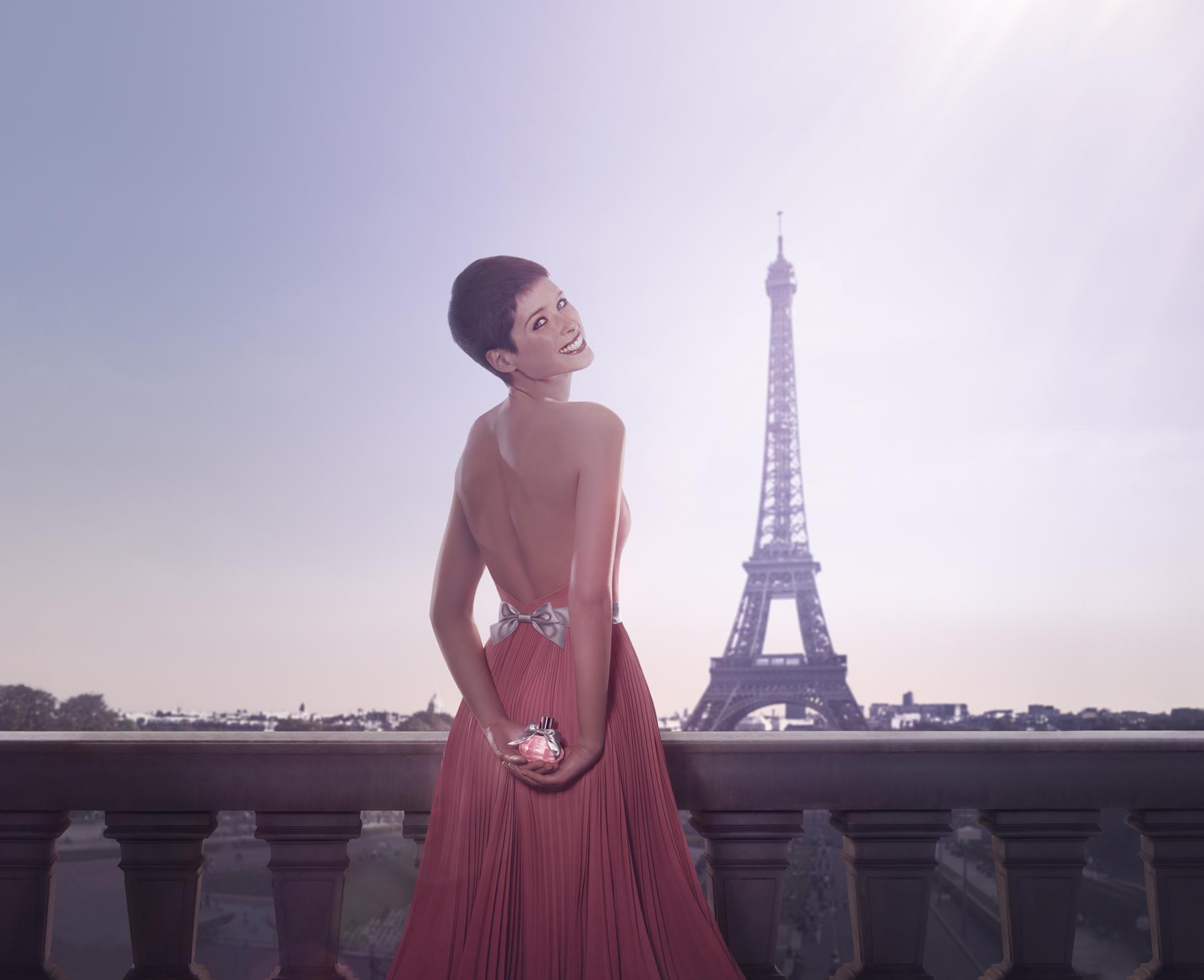 巴黎女人總是時髦地出現在大街小巷,除了展現曼妙身段的小洋裝,怎能少了她-AZZARO晶采女性淡香水!