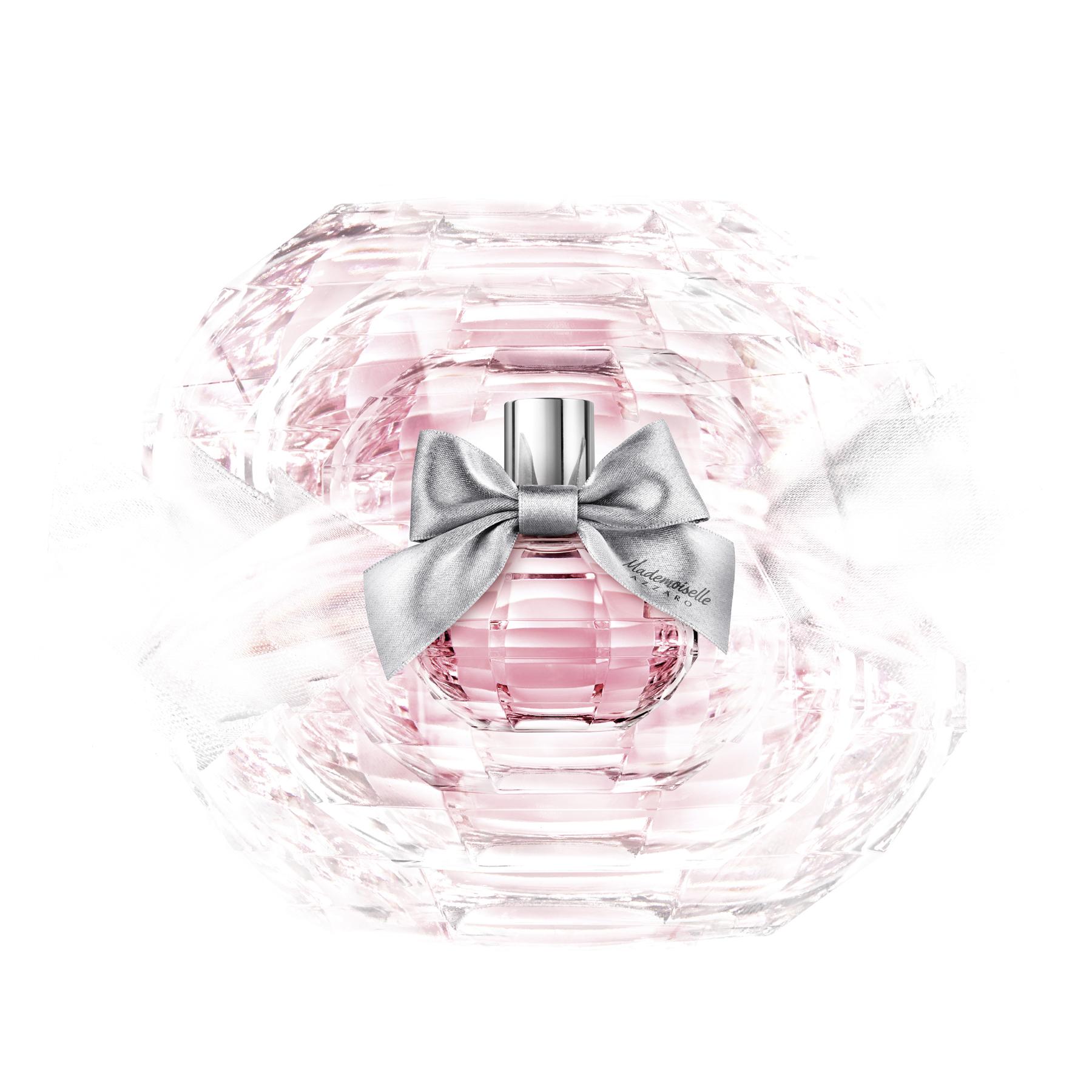多面切割的漂亮玻璃,是一顆精緻的寶石瓶身,小姐們戴上了玫瑰色眼鏡,空氣瞬間轉為清新歡快和別緻的,而銀色的緞面蝴蝶結帶來AZZARO精品的時裝代碼,是今年春夏的必備單品!