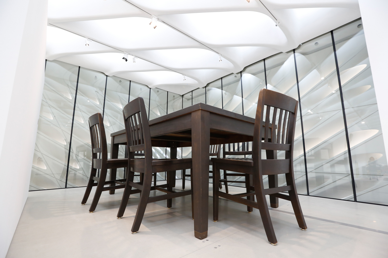藝術品Under the Table