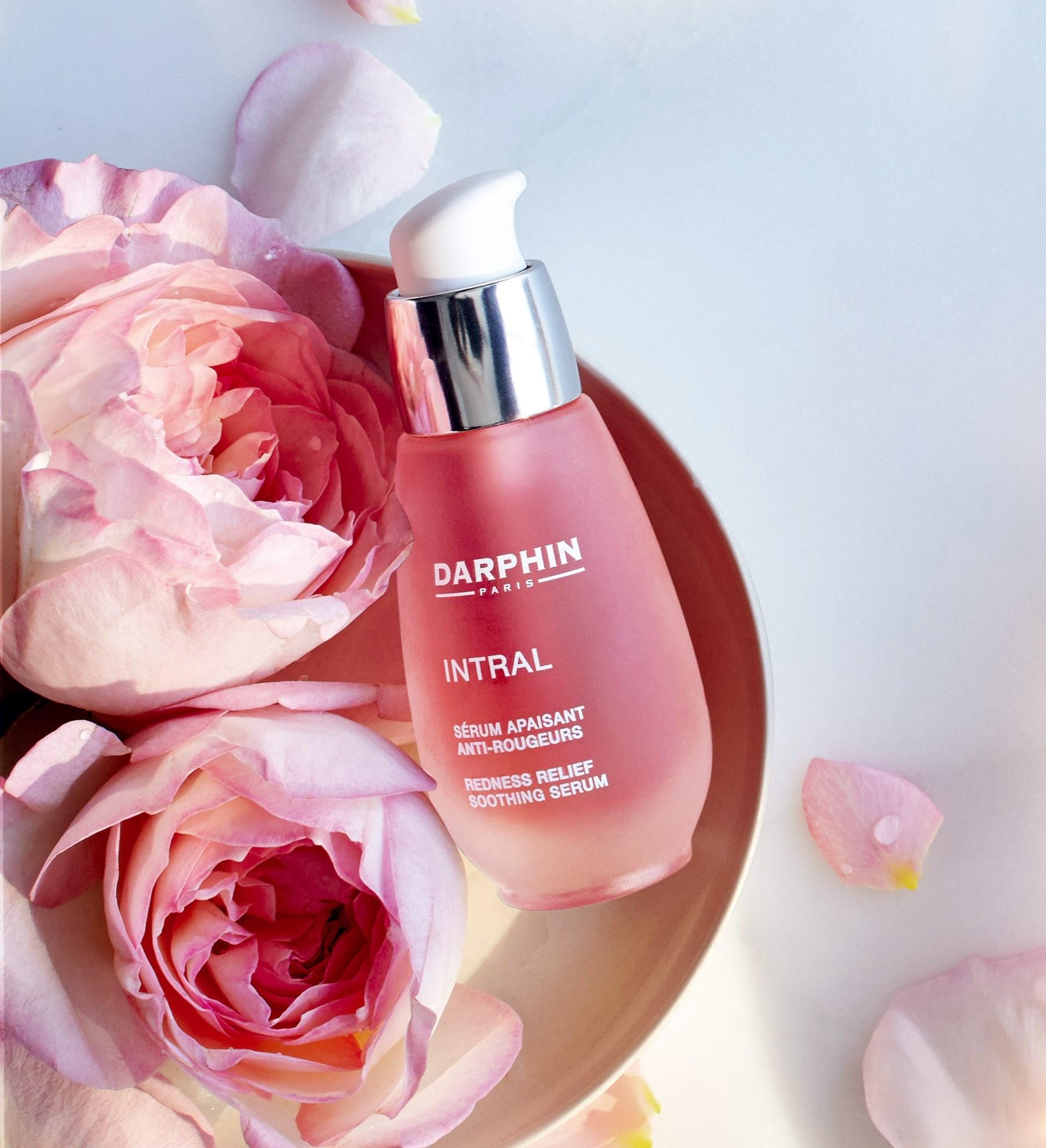 就像肌膚的媽咪 給予滿滿的美肌能量DARPHIN全效舒緩精華液,以天然療癒力聞名,是花都女性化妝台的必備聖品,她們常保膚質健康的秘密就是天天為肌膚淨化,調整健康美麗膚質。採用高濃度專利鎮靜配方™及牡丹、山楂、甘菊等花植精萃充滿療癒能量的粉紅能量,迅速舒緩過敏、泛紅、乾癢現象,養成健康美肌,看見女人美麗粉紅好氣色。