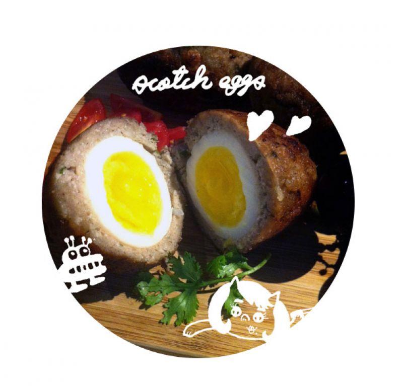☛ 薑~薑~薑~薑~到了最開心的品嘗時間,一刀切開,黃沉沉的蛋汁會從外表酥脆肉餅裡流出,這就是-「蘇格蘭炸蛋」,心動了嗎?趕快準備好你的野餐籃,動手做看看這道料理吧!