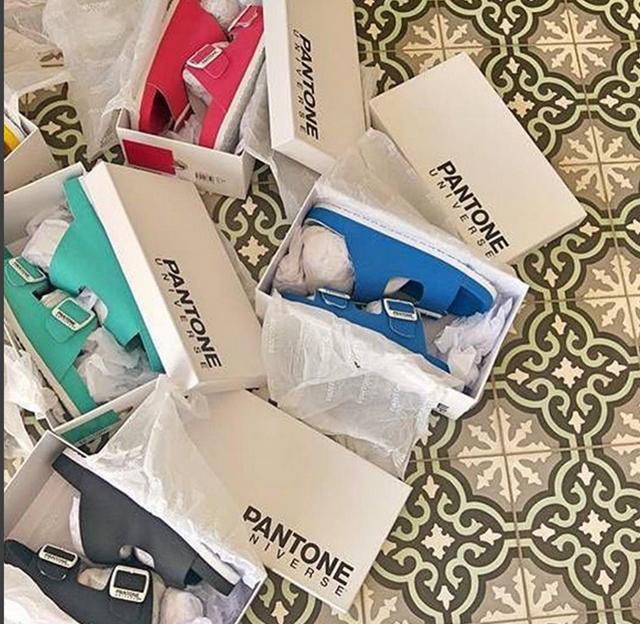 Formentera類勃肯式的寬扣帶拖鞋,將色票號碼和名稱印在鞋內墊上,相當吸睛