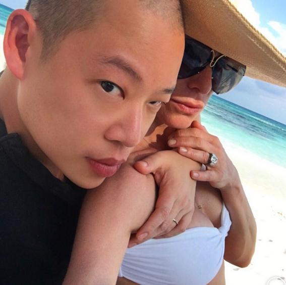 Jason Wu和Jennifer Fisher於婚禮上合影,吳季剛手上婚戒是Jennifer Fisher特別設計的