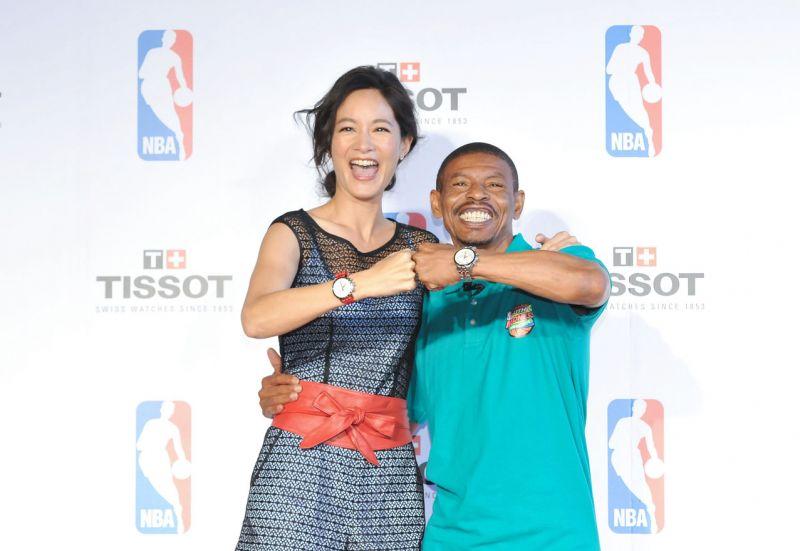 NBA傳奇Muggsy Bogues與Janet兩人一同展示TISSOT Quickster 時捷系列NBA 特別版腕錶。