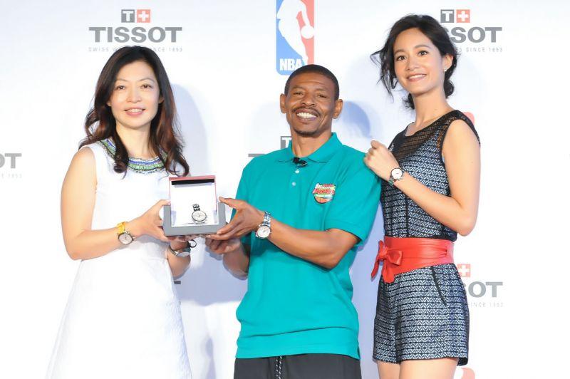天梭表特別送上PRC 200系列NBA特別版腕錶予NBA傳奇Muggsy Bogues,並與大家合照拍下這特別一刻。