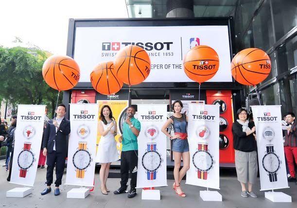 嘉賓拉開緞帶,印有NBA特別版腕錶的旗幟展開接著印有TISSOT Logo的籃球形狀大氣球升向高空。