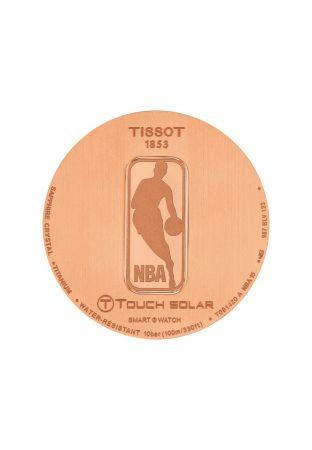 天梭觸控感應太陽能NBA 特別版腕錶搭載的NBA Logo 的錶後蓋。