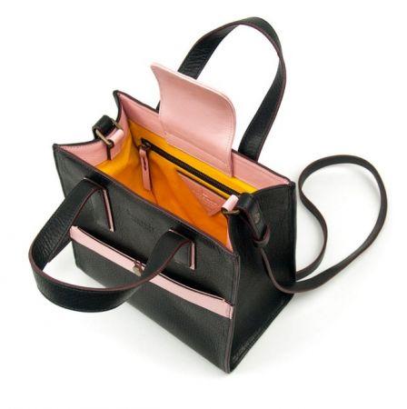 個性黑與甜美粉的配色,加上鮮豔內襯色調與添加覆蓋式的貼心設計,讓TIEN S小恬包深受許多名媛女星喜愛