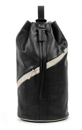 雖是大容量束口背袋,卻有著極其輕盈的重量,使用時就能感受其無負擔的神奇之處