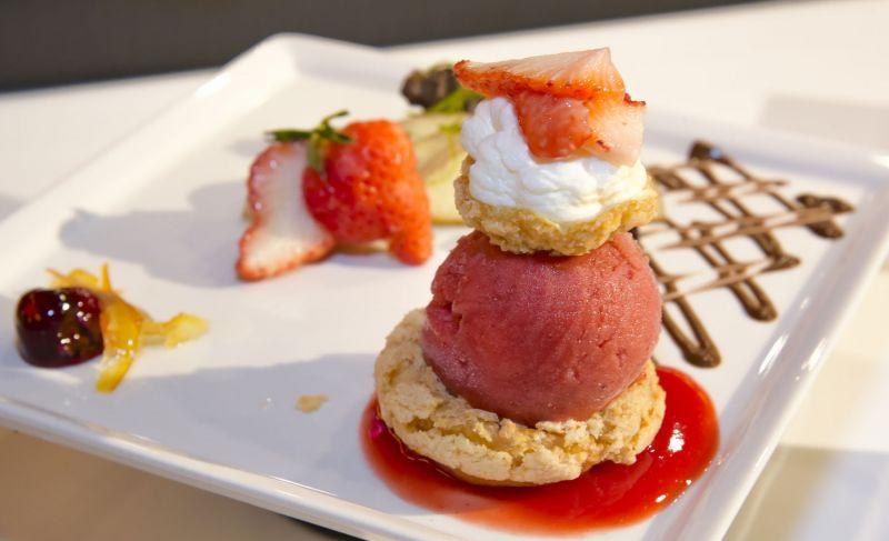 法國MOF冰淇淋甜點品牌Louise 首度引進法式甜點「波菲提」紅磨坊波菲堤Moulin Rouge由脆皮波菲提包覆著紅嫩草莓冰淇淋,搭配奶油慕斯而成,一刀輕輕劃下,吃起來酸甜脆爽、層次分明。