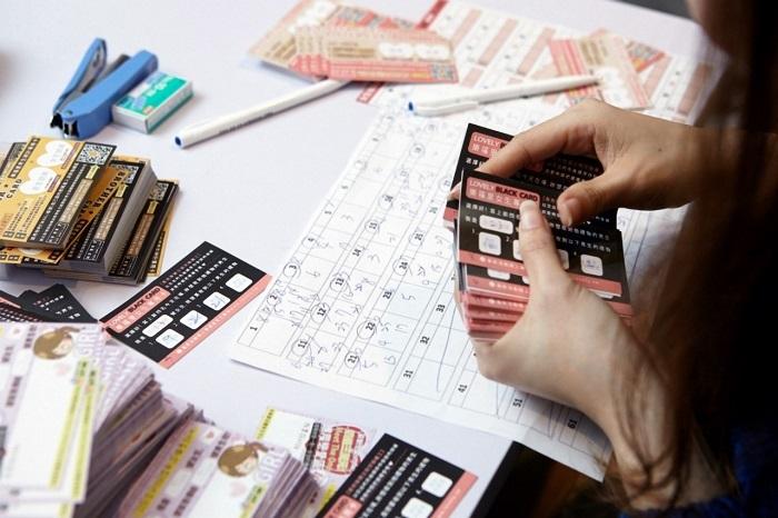 每人手中有兩張小紙條,可以請義工幫忙快遞訊息給心儀的對象。快接近尾聲時,主持人會要求大家填寫「黑卡」,填寫四個對象進行配對。