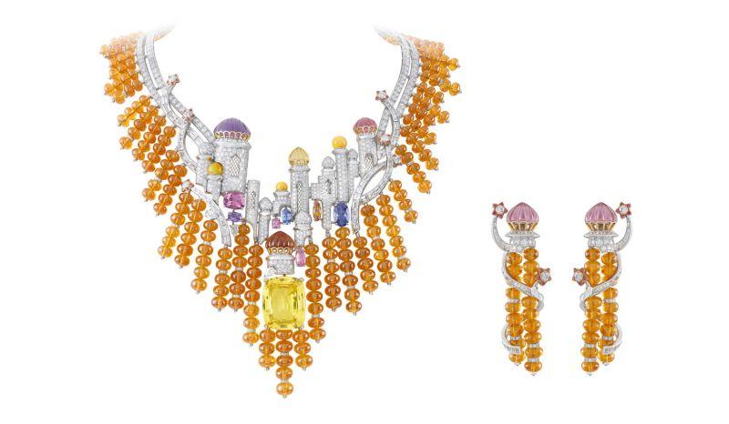 IZMIR項鍊白K金,鑽石,蛋白石圓珠, 橘色石榴石圓珠,尖晶石, 黃金,玫瑰金,紫水晶,黃水晶, 粉紅碧璽,圓形粉紅尖晶石, 一顆50.79克拉枕形黃色剛玉。IZMIR耳環白K金,圓形與梯形鑽石,橘色石榴石圓珠,玫瑰金,圓形粉紅尖晶石與粉紅碧璽。