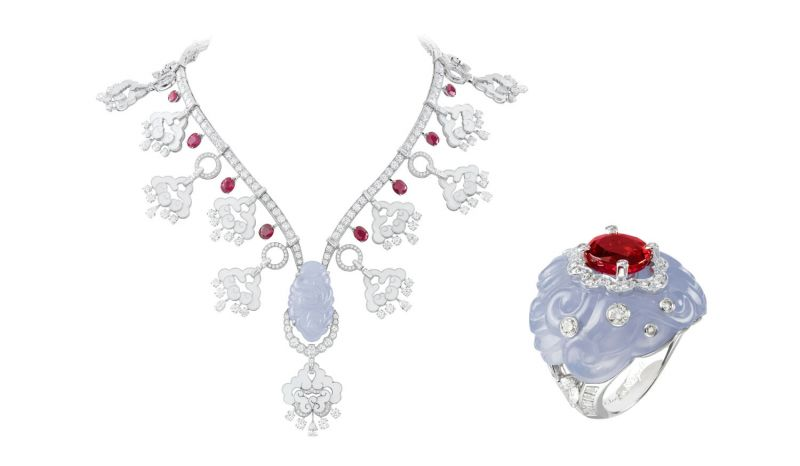 ORIENTAL項鍊白K金,圓形、梨形、方型、錐型、玫瑰形鑽石, 白色珍珠母貝,玉髓,10顆紅寶石達15.74克拉。ORIENTAL戒指自K金,圓形、梯形與梨形鑽石,玉髓與紅寶石。