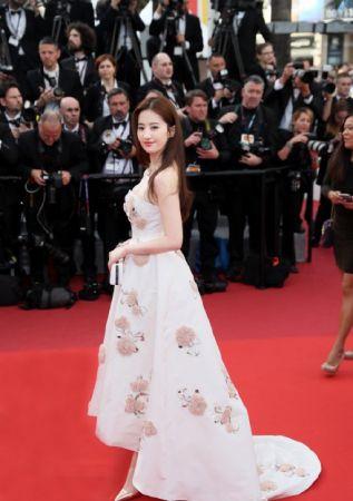 劉亦菲身穿DIOR訂製白禮服,上頭的粉膚色蕾絲花朵花費550小時手工縫製,展現優雅脫俗的氣息