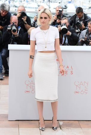 Kristen Stewart腳踩大理石紋印花的Christian Louboutin高跟鞋,身穿CHANEL 2016春夏機場大秀的秀上款白色長裙出席開幕式,全白短版T-shirt同樣來自香奈兒,成功穿出耳目一新的街頭味