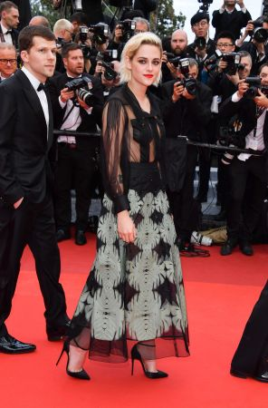 Kristen Stewart到了紅毯典禮,Kristen則換上CHANEL2016/17 Cruise渡假系列的黑色絲質刺繡禮服,若隱若顯的透膚設計搭配紅唇,有點暗黑的使壞風相當適合叛逆酷勁形象的Kristen Stewart