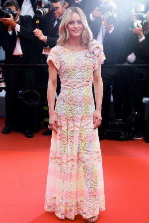 Vanessa Paradis不同於Kristen的酷酷風,Vanessa Paradis選擇香奈兒2016/17 Cruise渡假系列的彩色印染鏤空蕾絲刺繡洋裝,穿出香奈兒的甜美氣勢