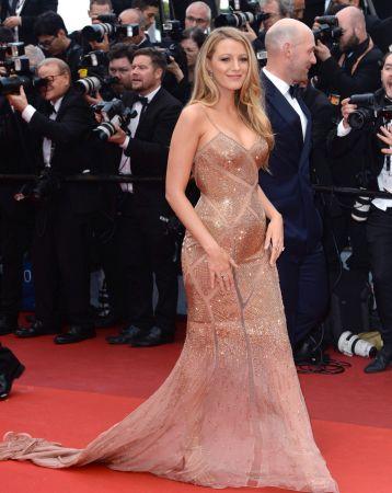 Blake Lively紅毯造型選擇Versace簍空透膚禮服,性感十足