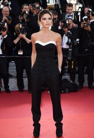 Victoria Beckham不同於其他女星的長禮服,貝嫂選擇褲裝作為紅毯造型,來自同名品牌2016秋冬秀上的黑白連身褲搭配蕭邦鑽飾,有種女特務的帥氣感