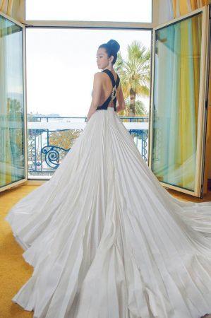 李冰冰選擇Stéphane Rolland黑白露背禮服,光是裙襬就長達三尺,背後的交叉設計加鑽飾襯托優雅迷人的韻味