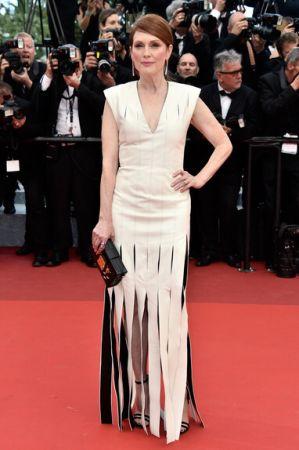 Julianne Moore出席《Money Moster》首映選擇Louis Vuitton寬流蘇裙襬訂製白禮服,硬挺的肩線設計帶有前衛感