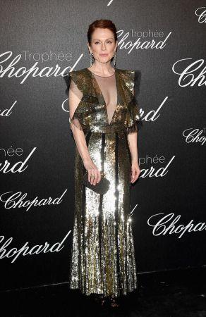 Julianne Moor出席蕭邦晚宴時選擇Alexander McQueen 2016早秋金色亮片禮服,肩膀處的荷葉縐摺設計讓霸氣女強人的味道稍稍減緩,多了份柔媚女人味