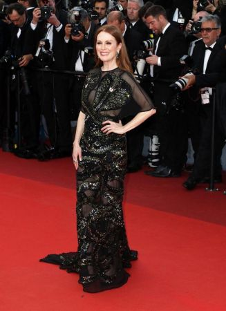 Julianne MoorJulianne Moor的坎城第一套造型來自Givenchy的蛇紋刺繡黑禮服,暗黑風格盡顯霸氣