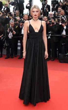 Lily Donaldson選擇Miu Miu深V黑色羅緞波紋長禮服出席《Café Society》首映,搭配頸鍊穿出年輕氣息