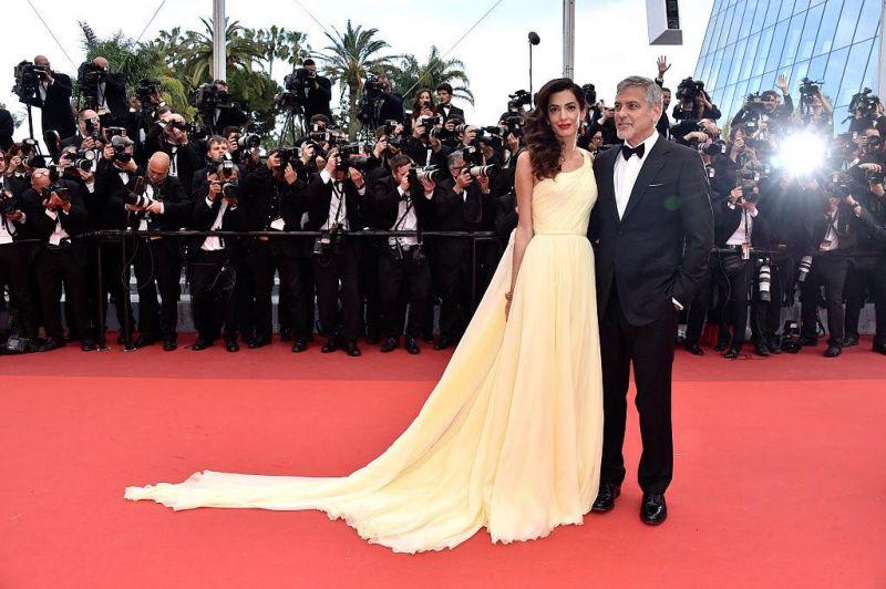 Amal Clooney喬治克隆尼出席《Money Moster》首映帶著律師太太Amal 一起出席,品味一絕的Amal 選擇Atelier Versace高級訂製淡黃禮服,搭配卡地亞Etourdissant橘紅珊瑚耳環,看似難駕馭的色系搭起來卻不衝突,氣質動人