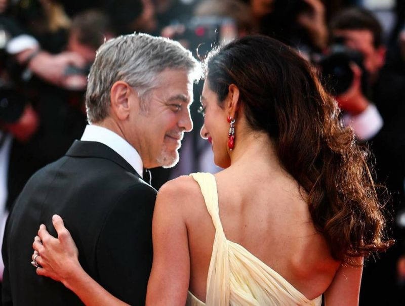 George Clooney和太太Amal Clooney兩人在紅毯上不時地相視而笑,相當甜蜜