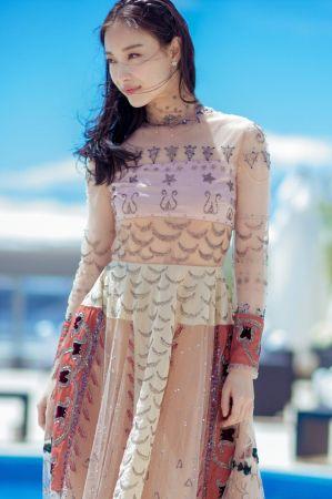 倪妮粉膚色的蕾絲刺繡拼接禮服來自Valentino 2016秋冬,是一套有點波希米亞又帶有仙氣的造型